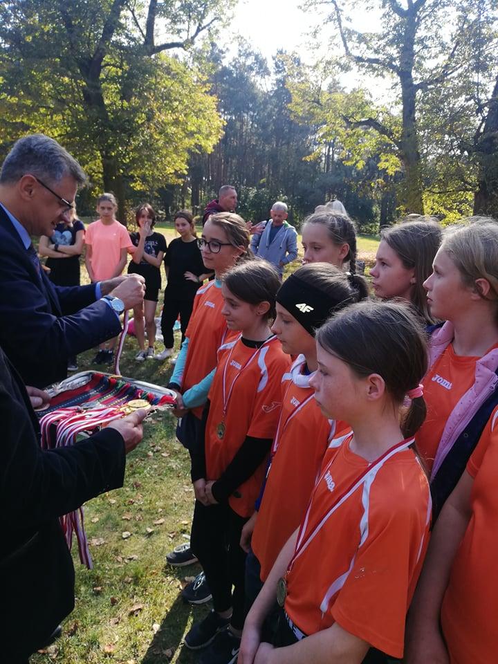 Wicestarosta Dariusz Magacz wręcza medale najlepszym biegaczom