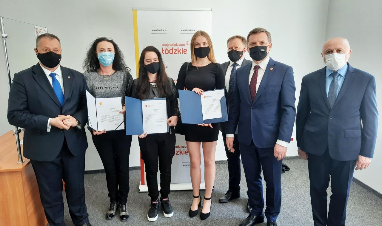 Marszałek Zbigniew Ziemba wręczył stypendia najlepszym uczniom kierunków zawodowych szkoły wBujnach