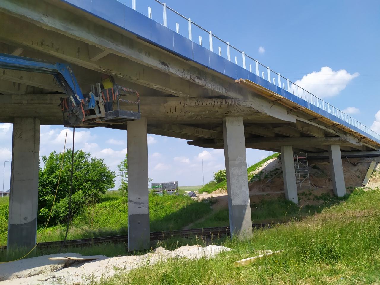 Remontowany wiadukt na torami wmiejscowości Siomki