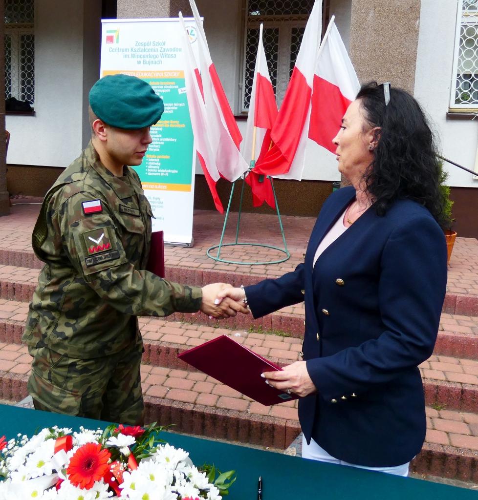 Podpisane porozumienie przekazali sobie przedstawiciel Strzelca idyrektor szkoły wBujnach