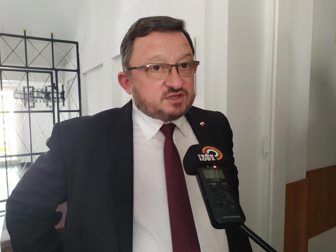 Główny Lekarz Weterynarii Mirosław Welz wczasie wywiadu dla mediów wStarostwie Powiatowym wPiotrkowie