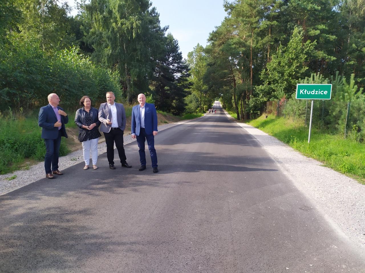 Starosta wraz zradnymi idyrektorem ZDP oglądają efekt prac drogowych na odcinku Kłudzice-Kałek