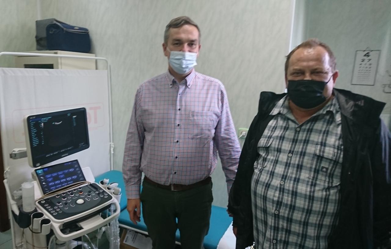 Dwóch mężczyzn stoi wpokoju lekarskim.