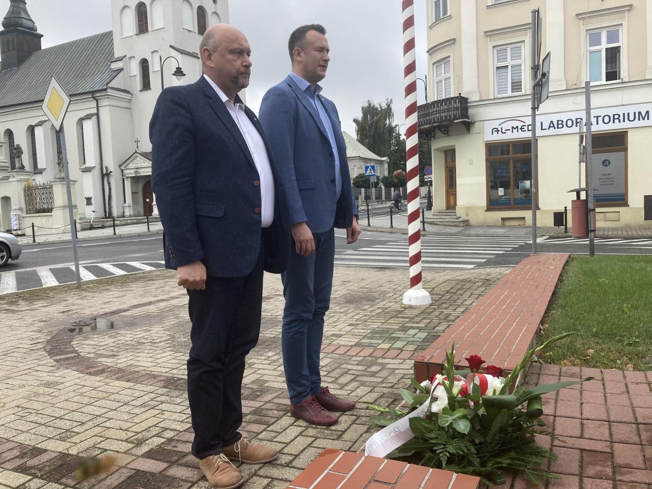 Dwóch mężczyzn stoi na świeżym powietrzu.