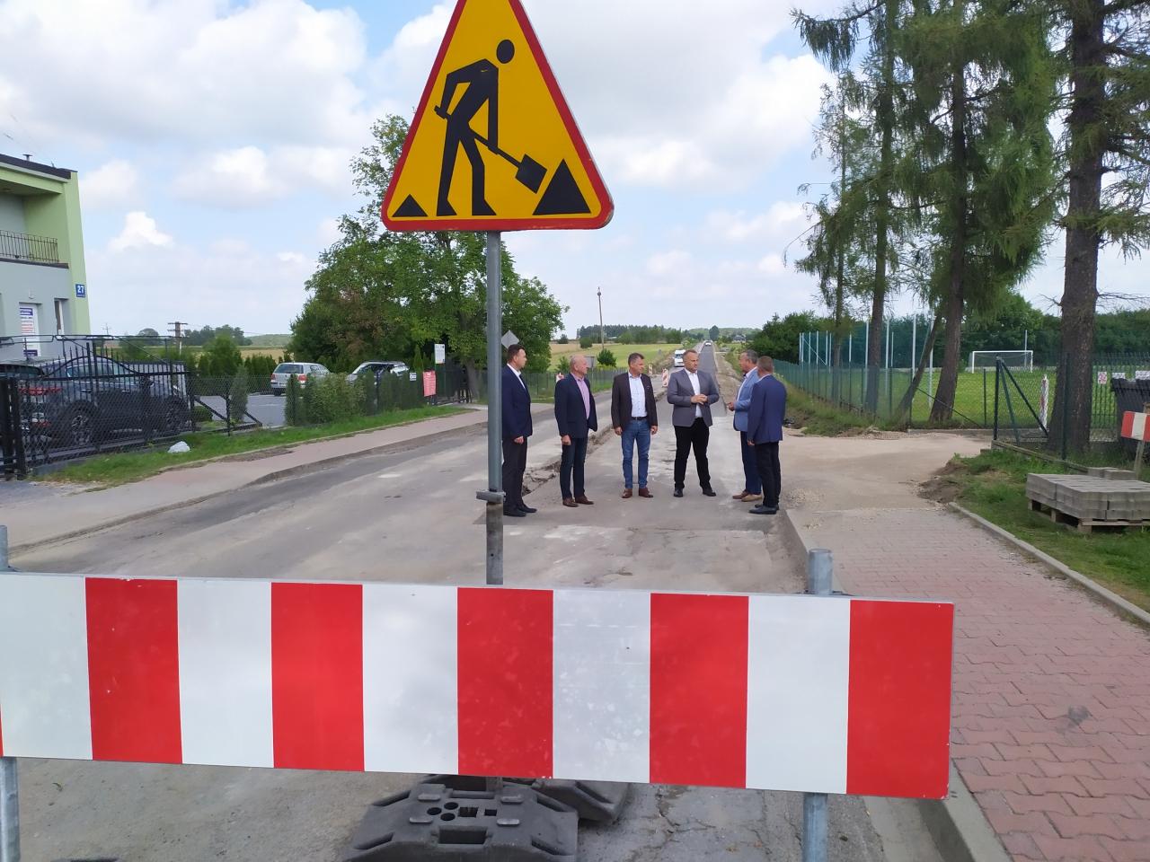Grupa osób stojaca na drodze Studzianki - Golesze